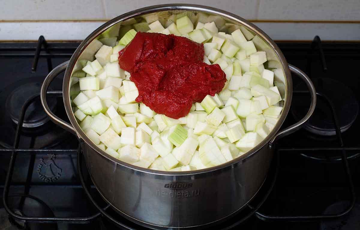 Положить кабачки, чеснок, томатную пасту, соль, сахар и перец
