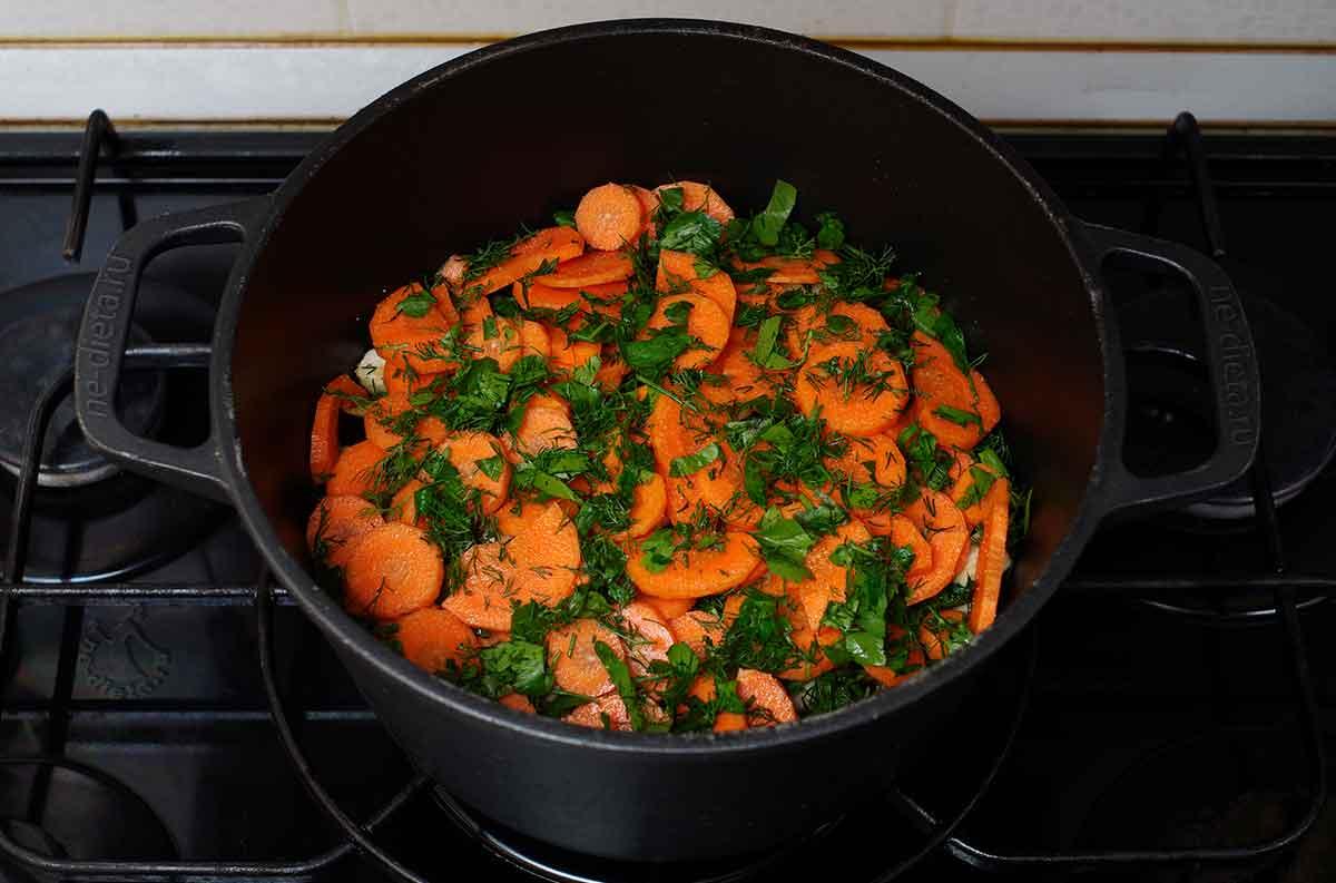 Положить морковь и зелень