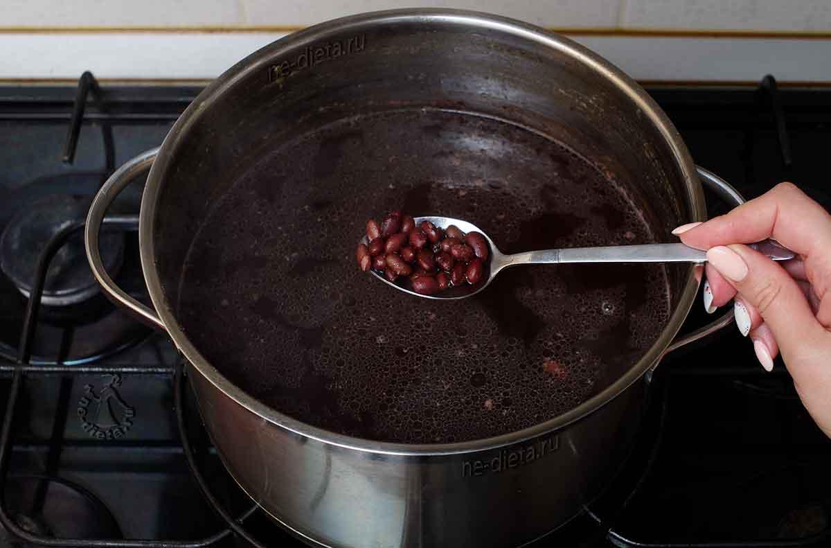 Варить фасоль в бульоне до полуготовности