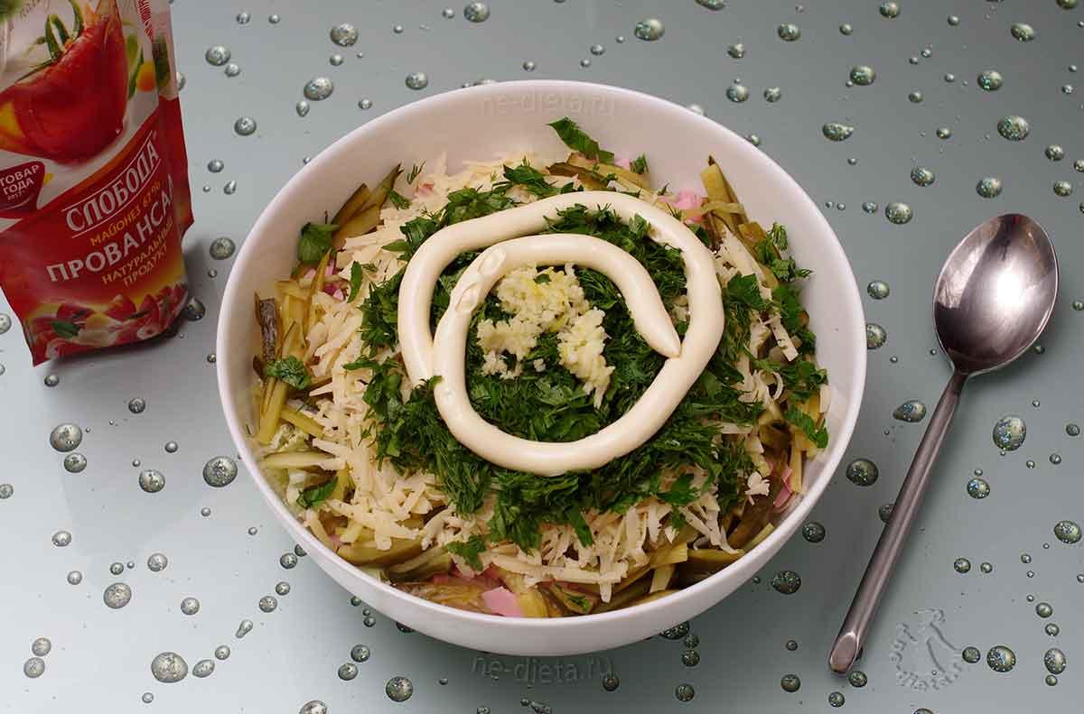 Добавить в салат майонез, чеснок и зелень
