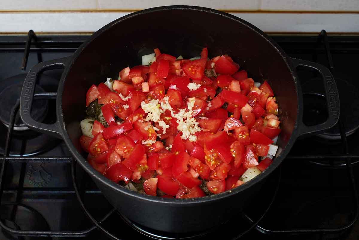 Добавить помидоры, чеснок, соль и специи