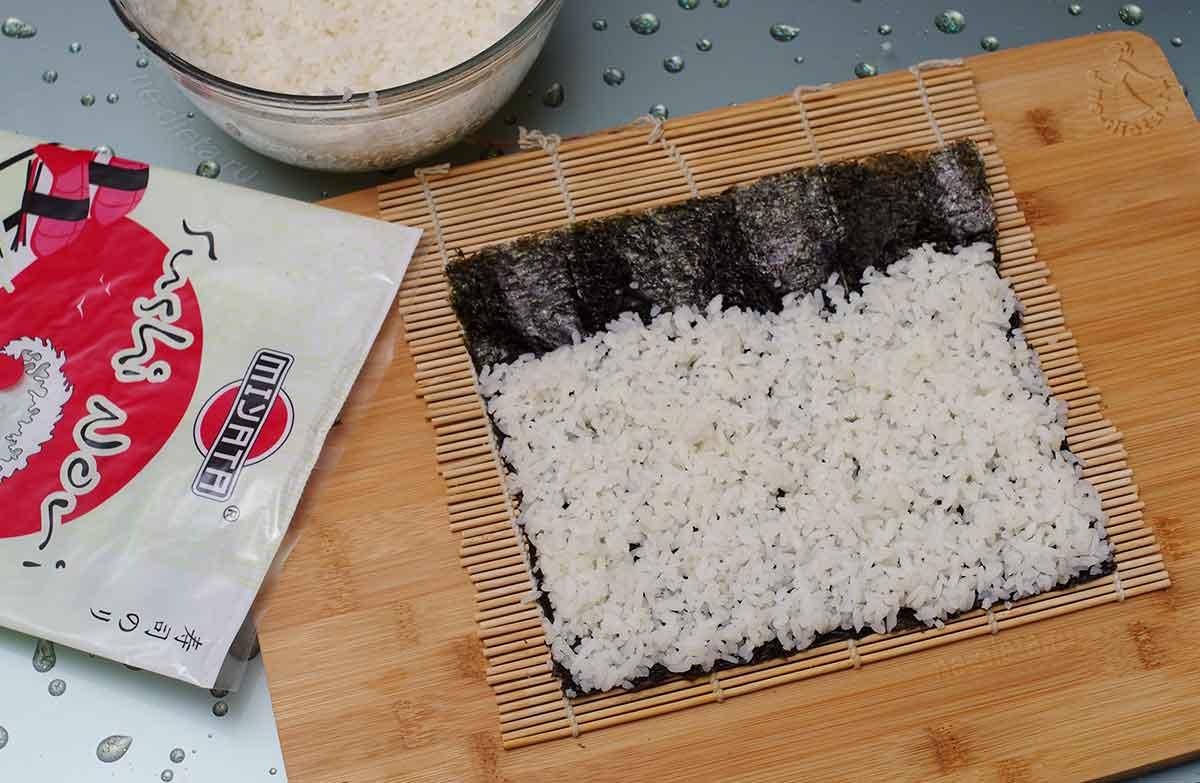 На коврик выложить нори и рис