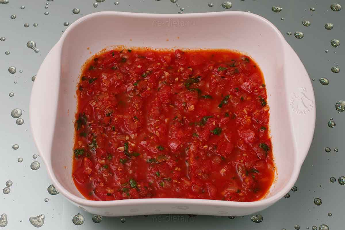 В форму налить томатный соус