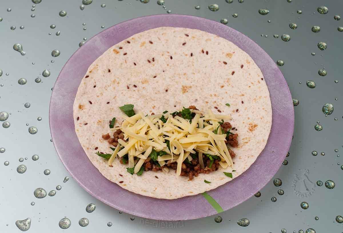 В тортильи завернуть мясной фарш с сыром и петрушкой