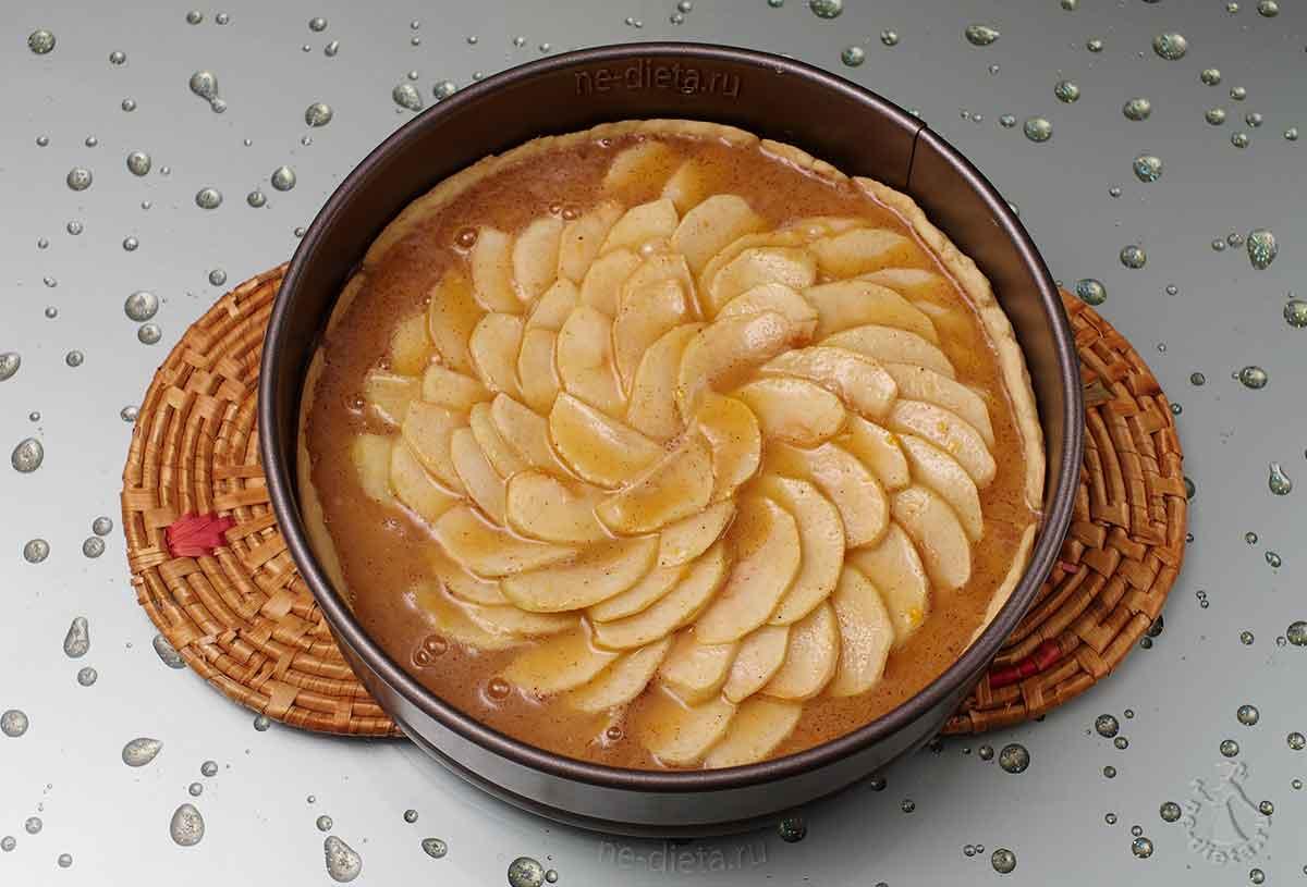 Вылить медовую заливку на яблочный пирог