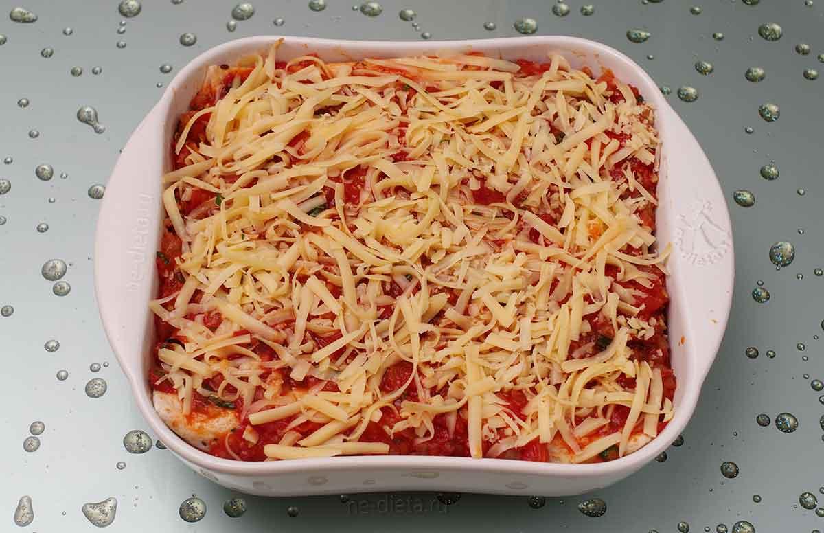Энчиладу залить томатным соусом и посыпать сыром