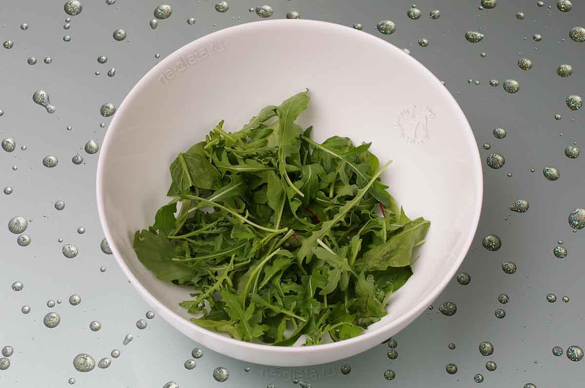 В салатник положить рукколу