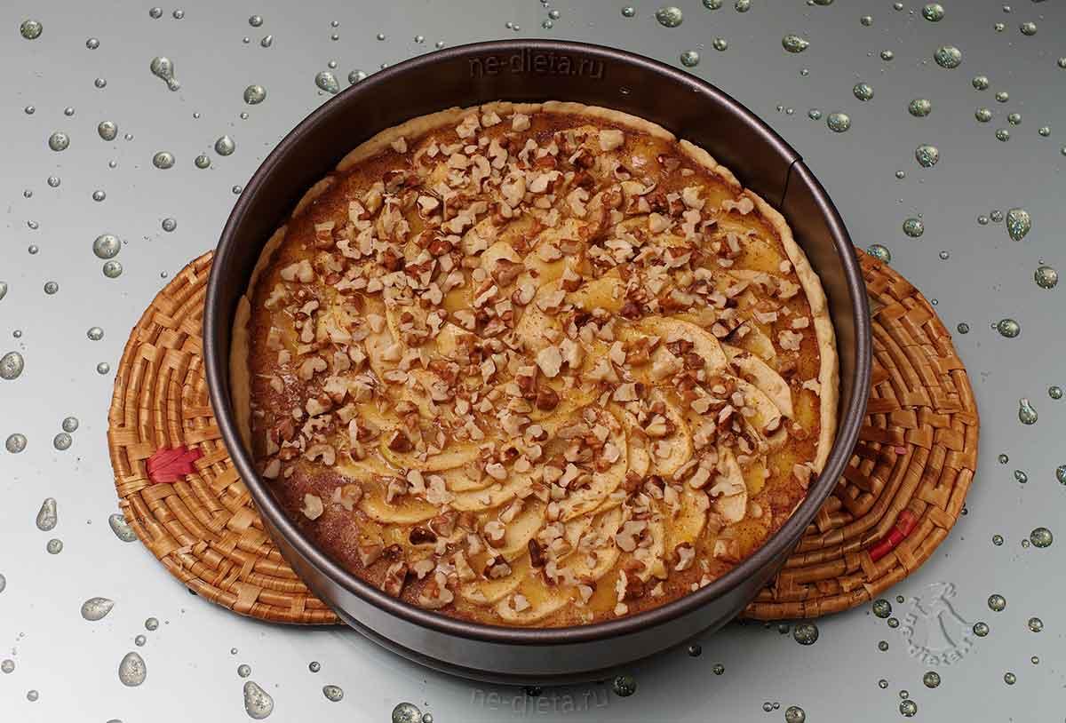 Яблочный пирог с медом и орехами