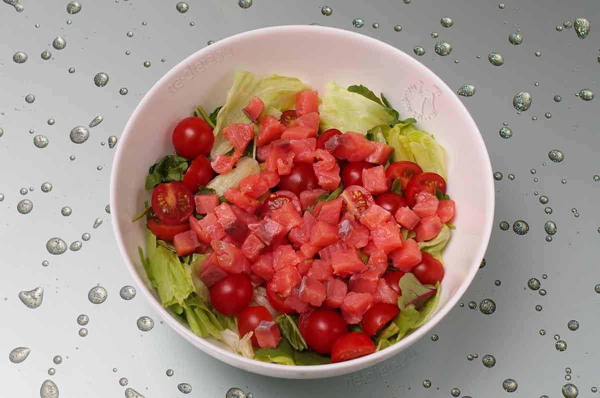 Добавить салат айсберг, семгу и помидоры-черри