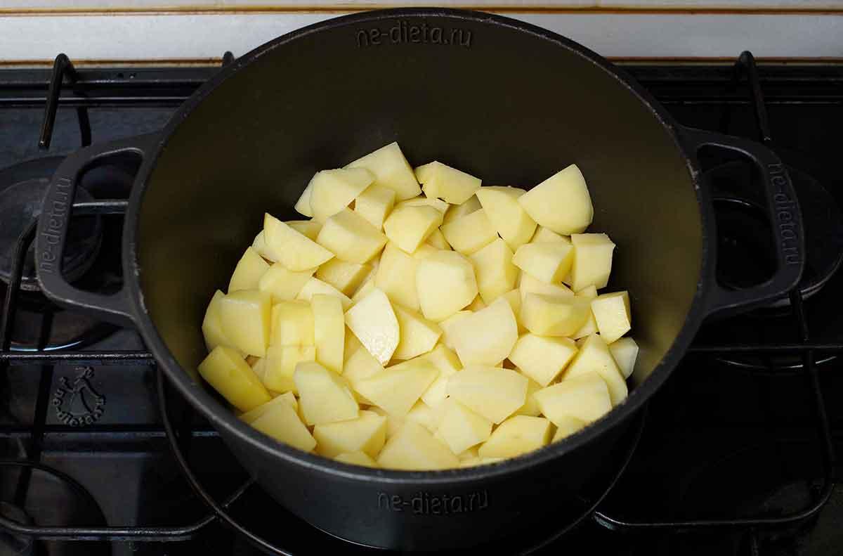 Картошку положить в разогретое масло