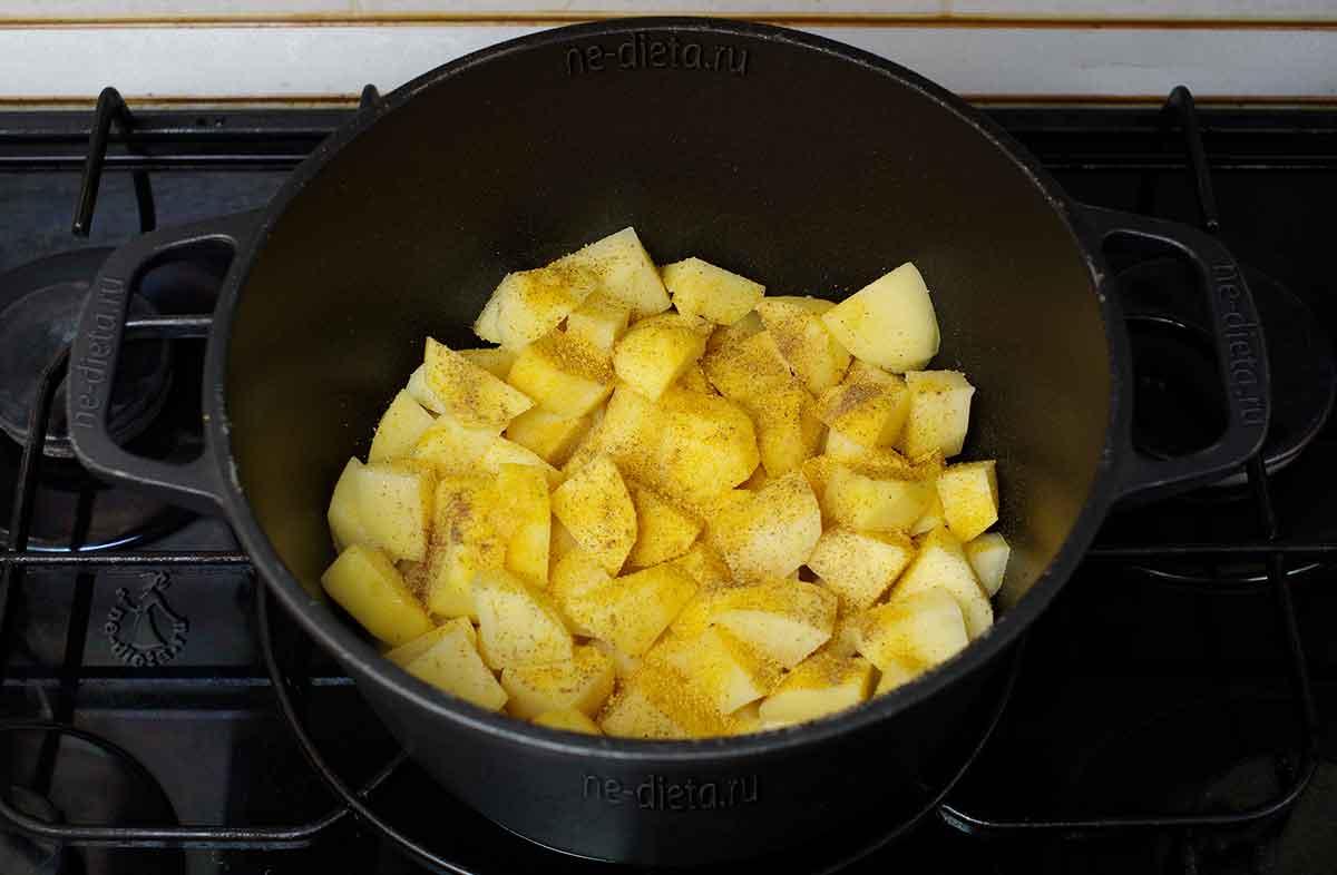 Картошку посыпать солью, перцем и специями