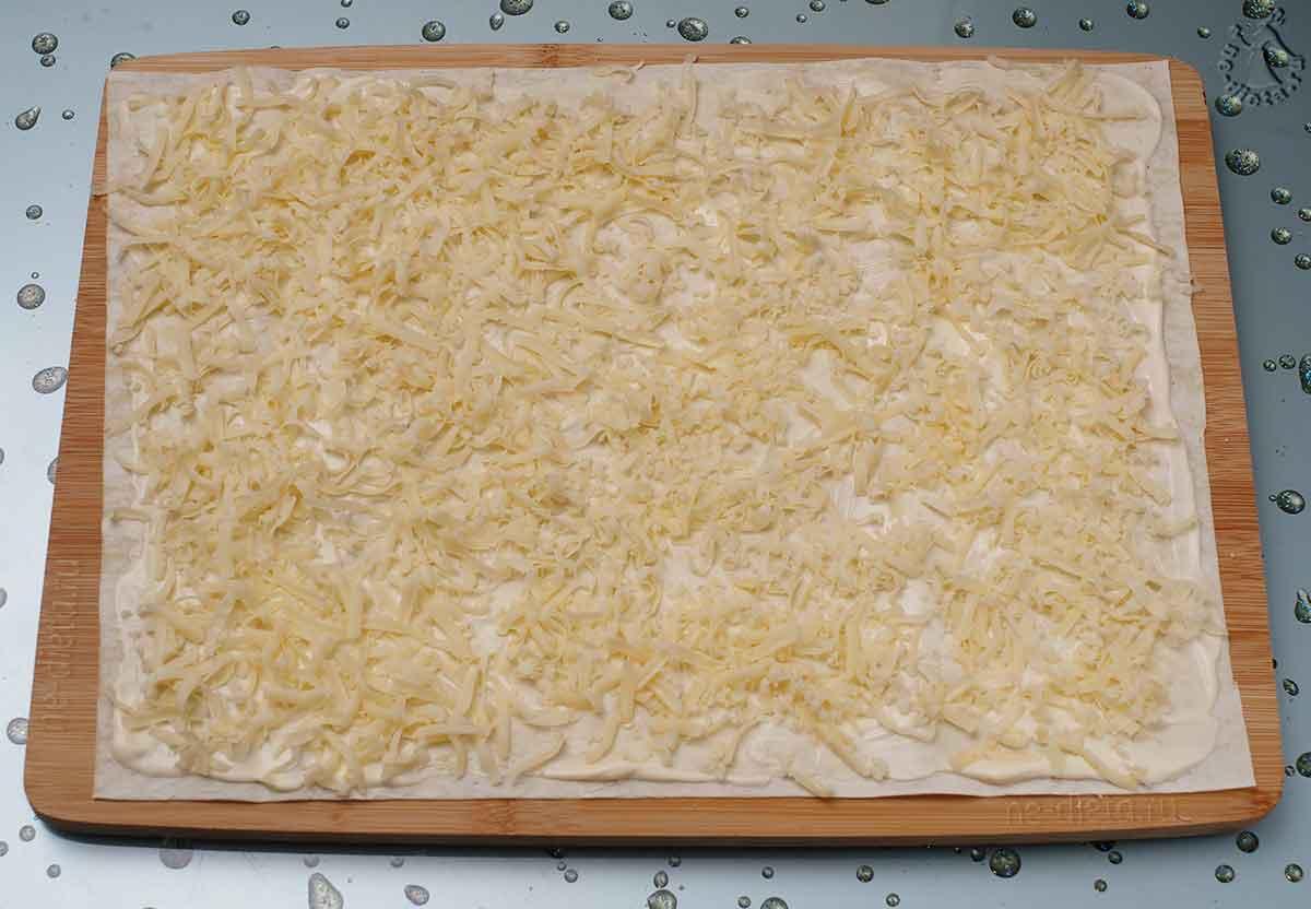 Лист лаваша смазать майонезом и посыпать сыром