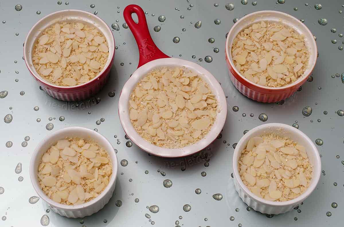 На начинку выложить тесто и миндальные лепестки