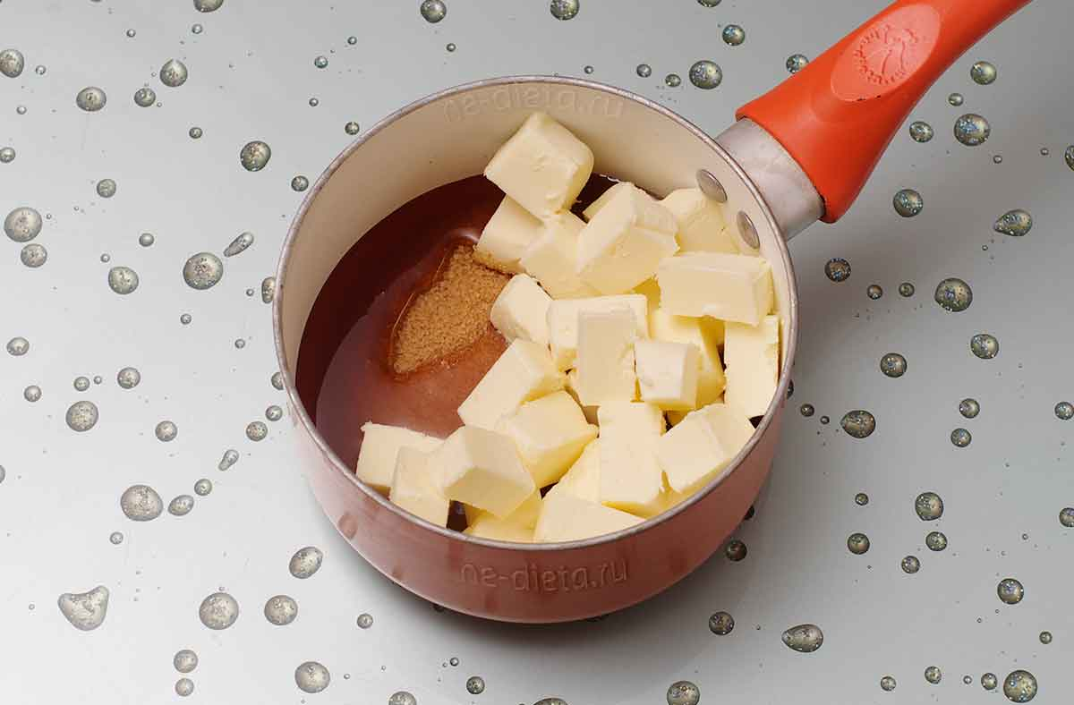 В кастрюлю положить мед, сахар и сливочное масло
