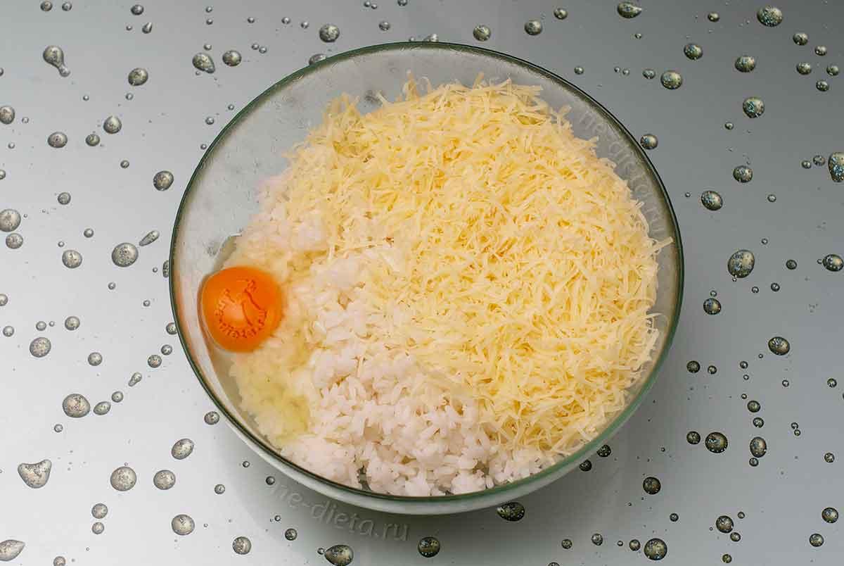 В миску выложить рис, пармезан и яйцо