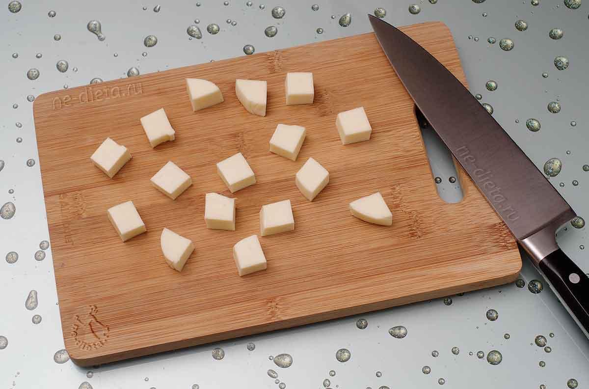 Моцареллу нарезать кубиками