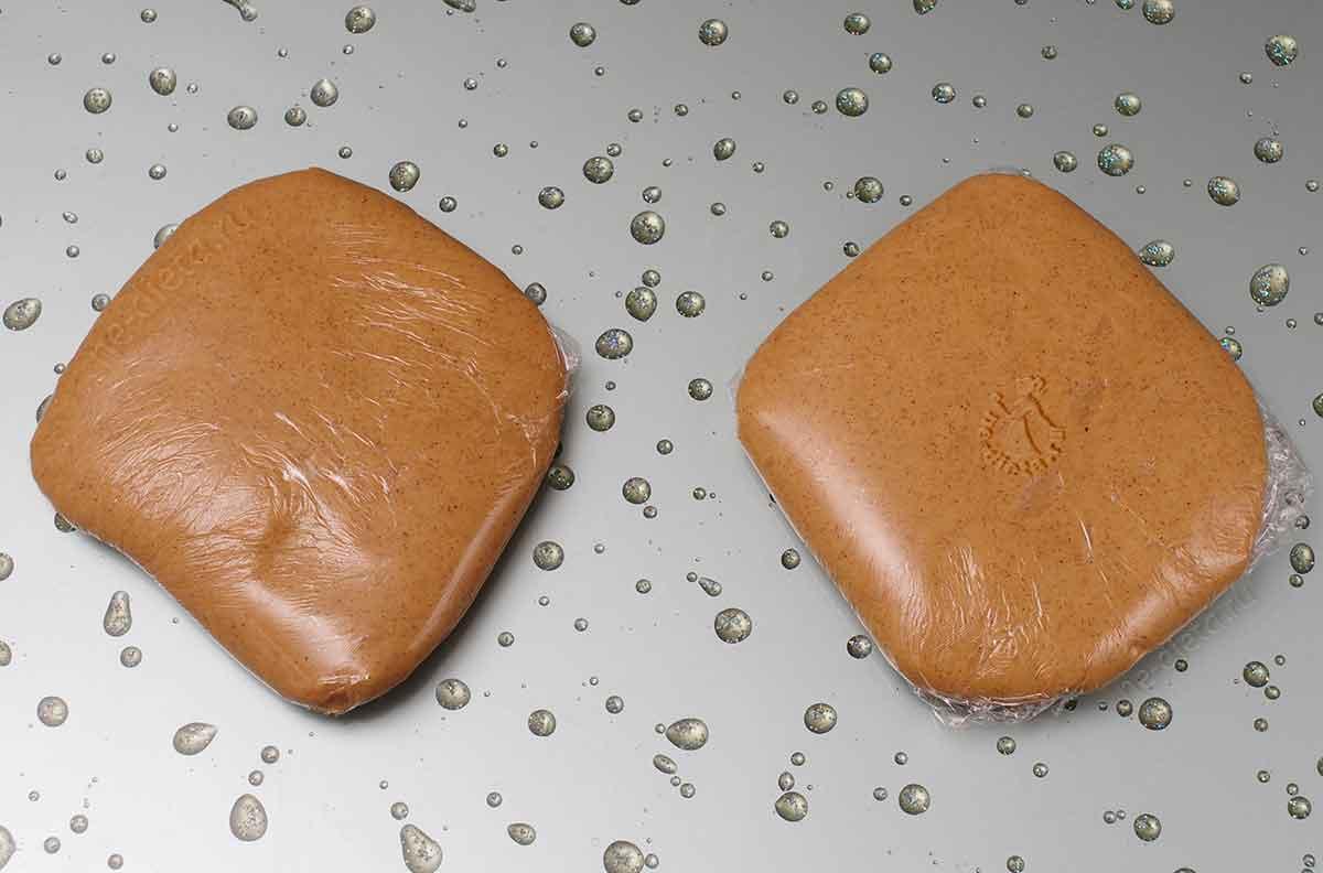 Тесто разделить на две части и завернуть в пищевую пленку