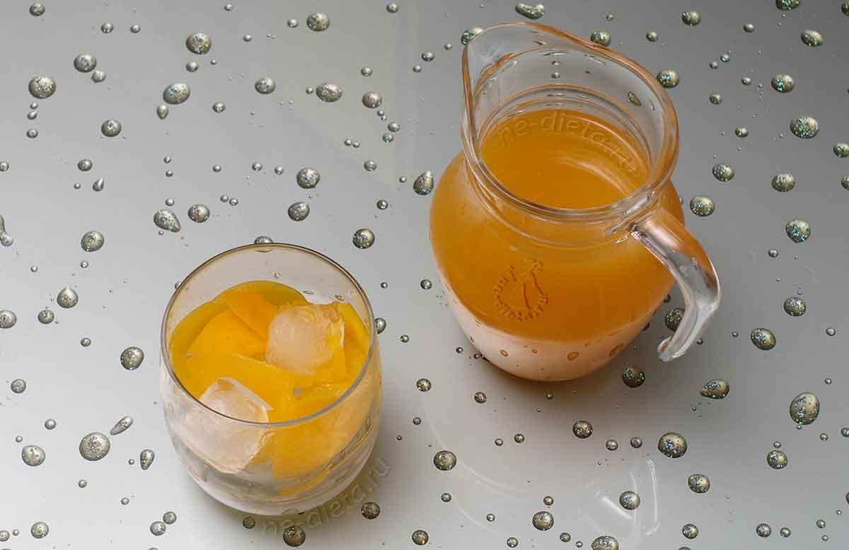 В стаканы положить лед и персики и налить пунш