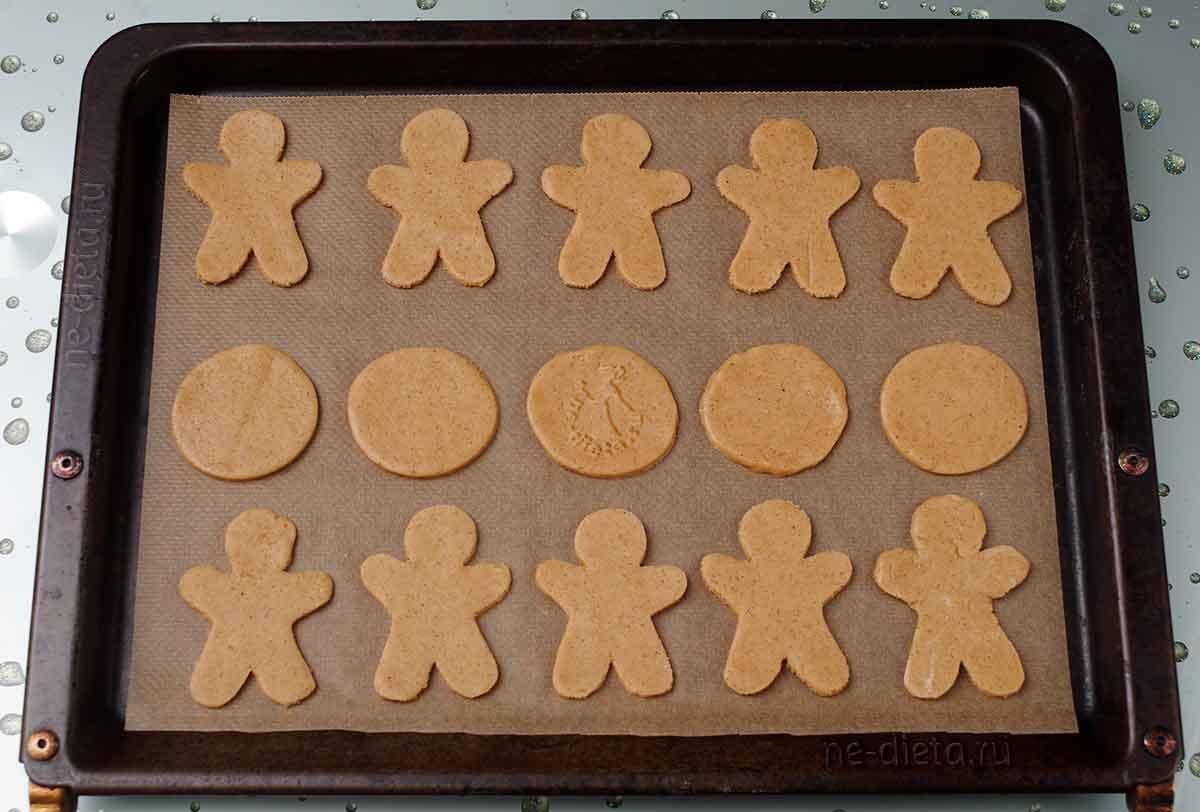 Заготовки для печенья выложить на противень