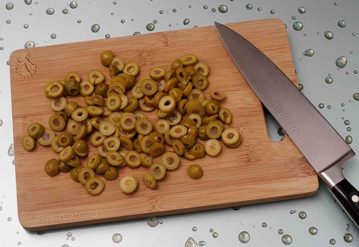 Оливки порезать колечками