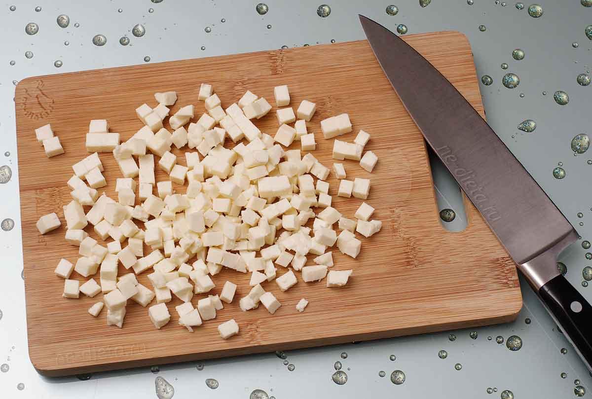 Адыгейский сыр нарезать маленькими кубиками