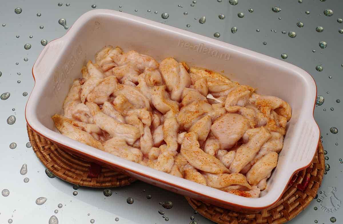Запекать куриное филе 10 минут