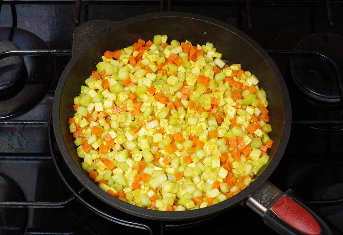 Обжарить овощи и сыр
