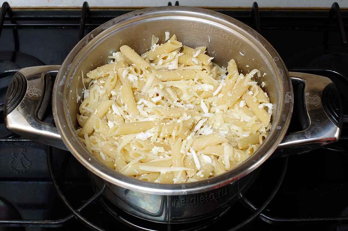 К макаронам добавить яйца и сыр