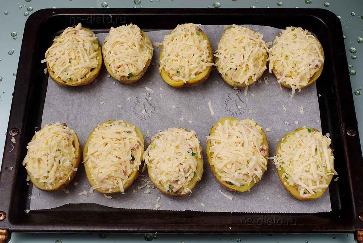 Картошку наполнить начинкой и посыпать сыром