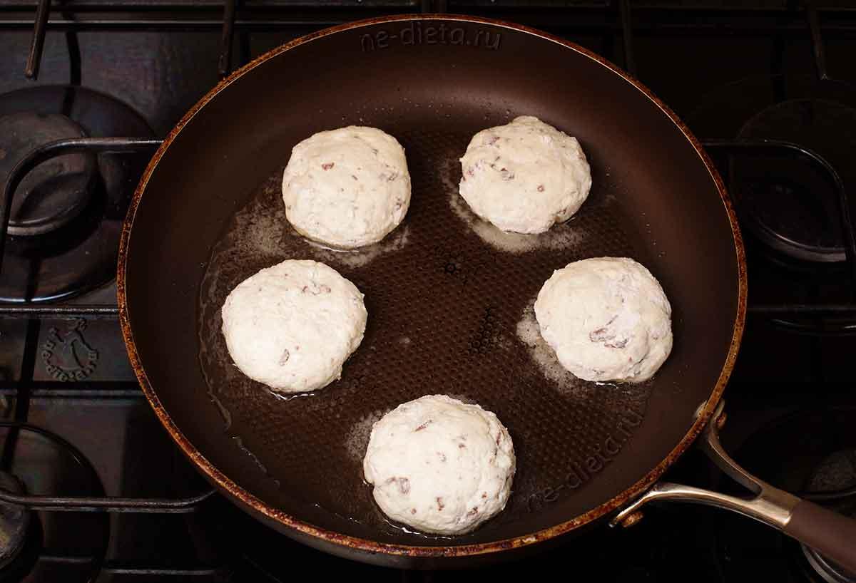 Сырники выложить на сковороду