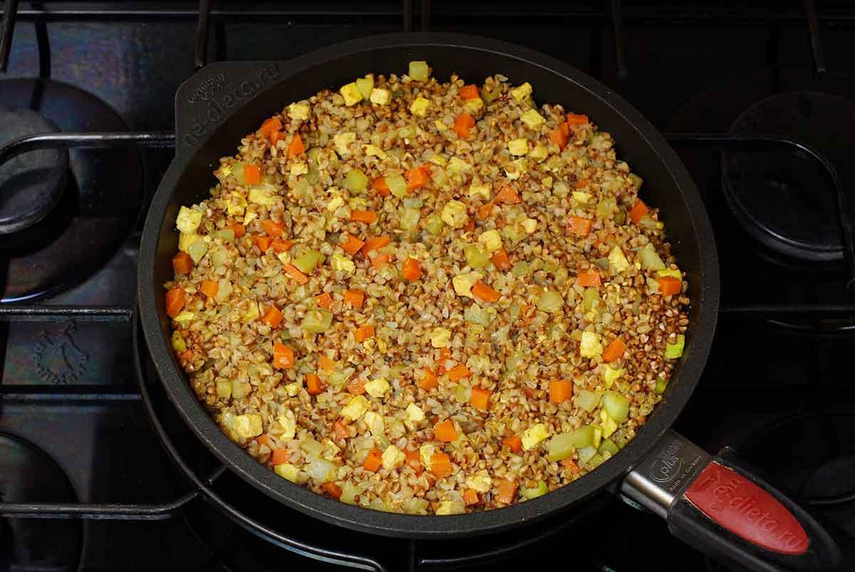 Гречневая каша с сыром и овощами
