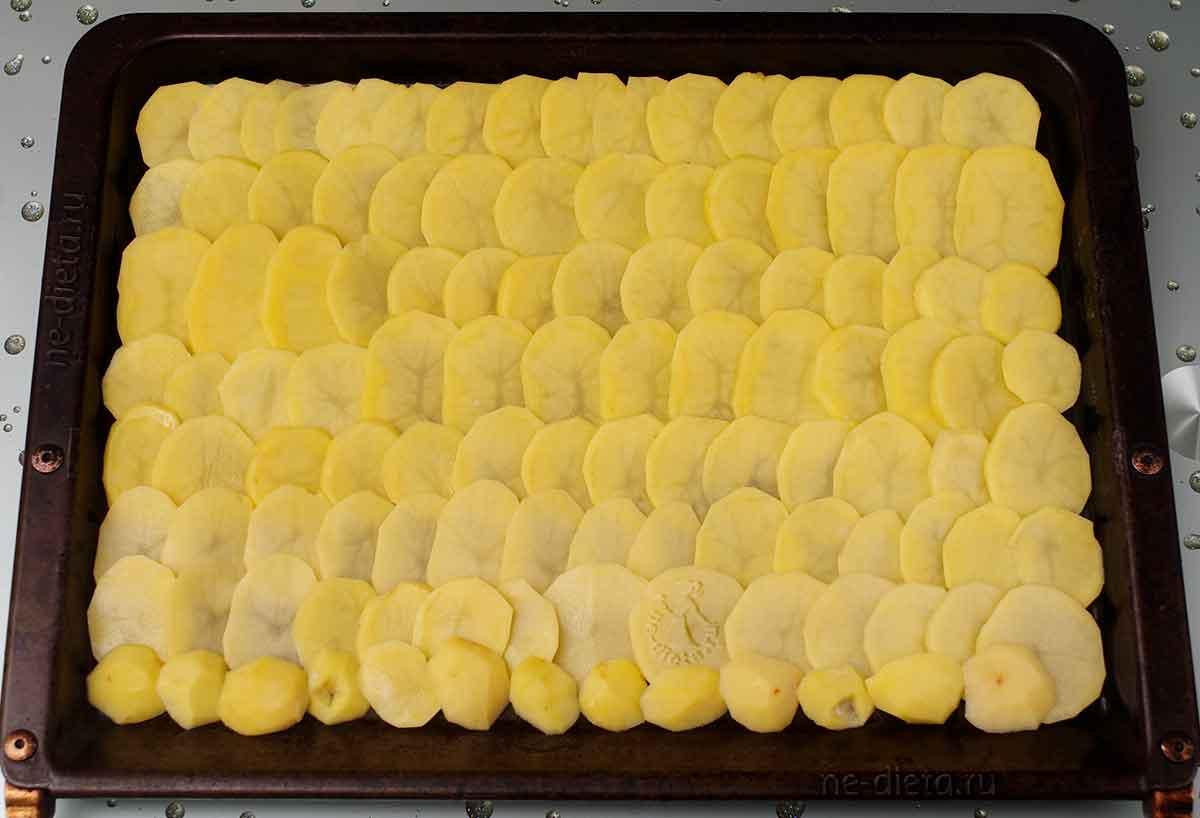 На противень выложить слой картошки