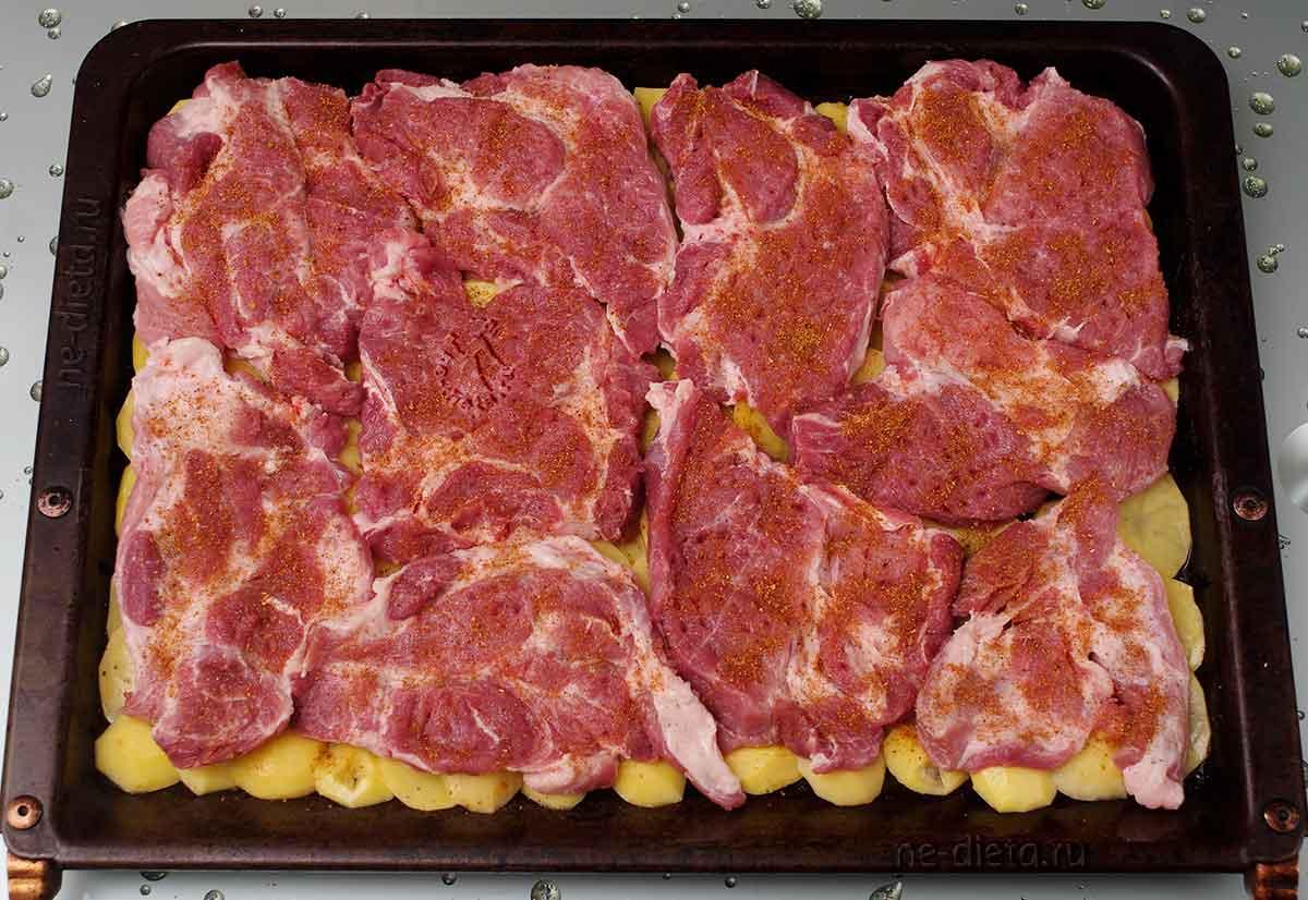 На картошку выложить свинину