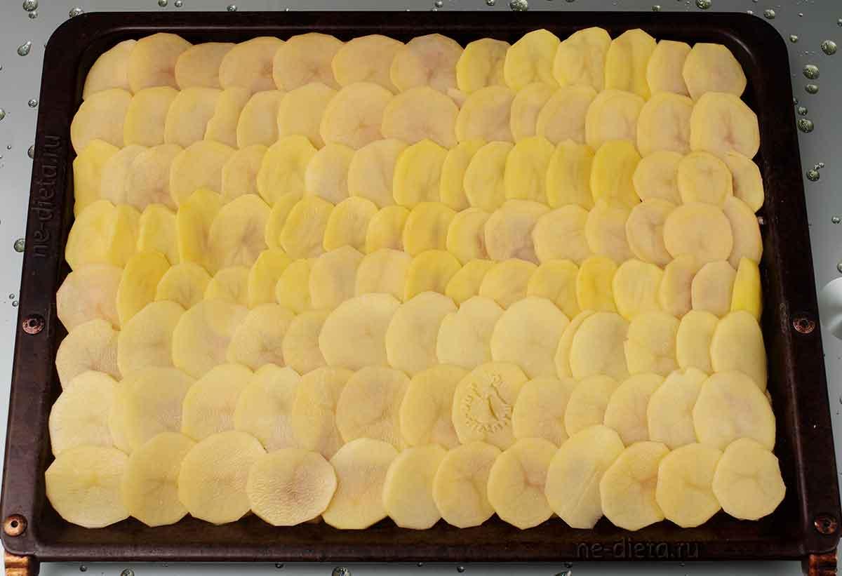 На мясо выложить картошку