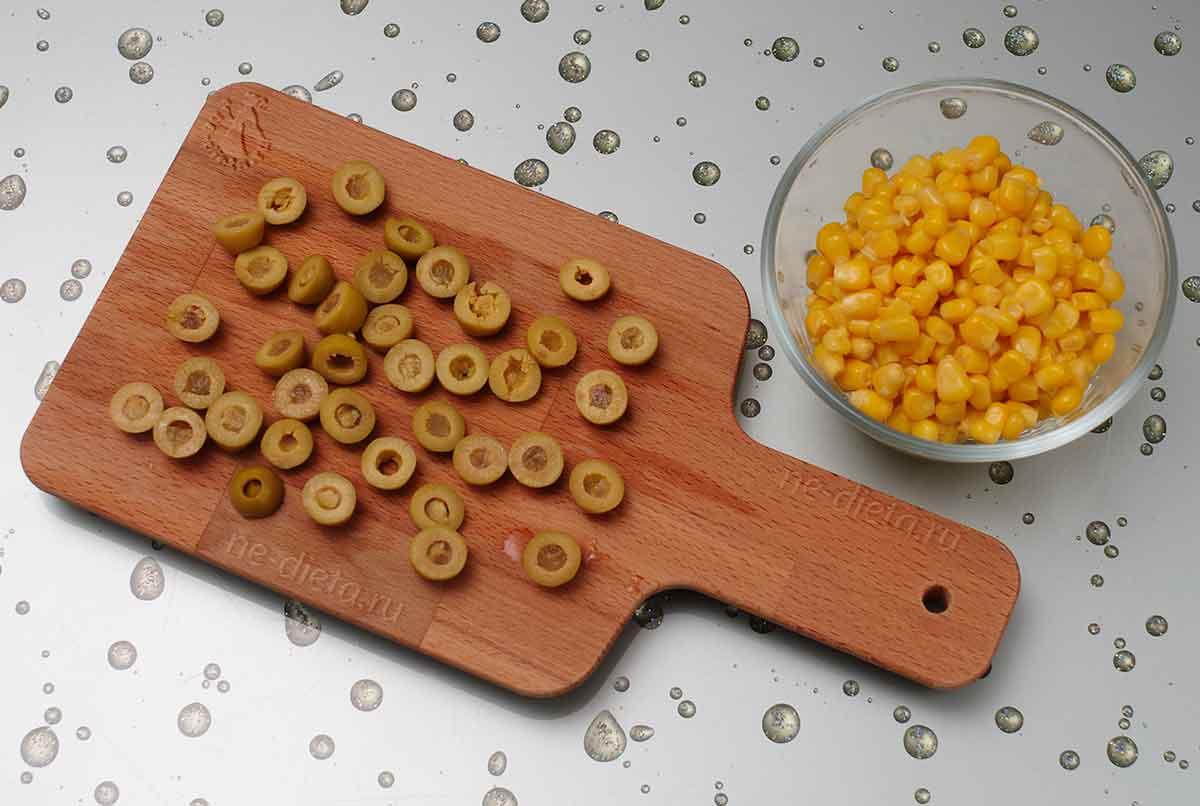 Подготовить оливки и кукурузу