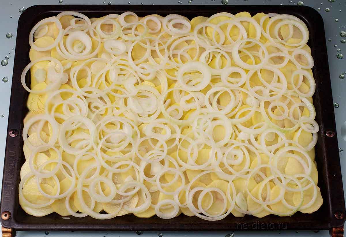 На картошку выложить репчатый лук