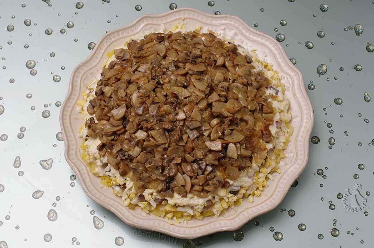 Положить грибы с луком