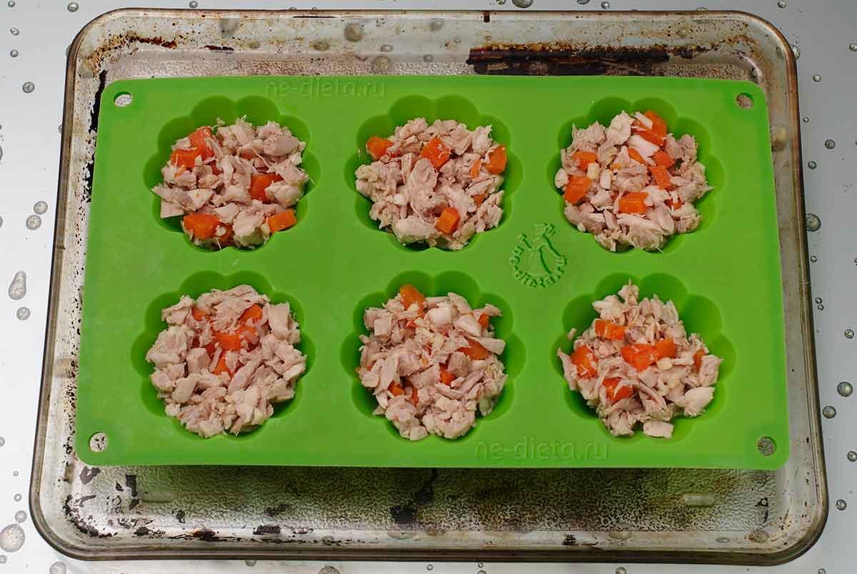 Разложить мясо с морковью