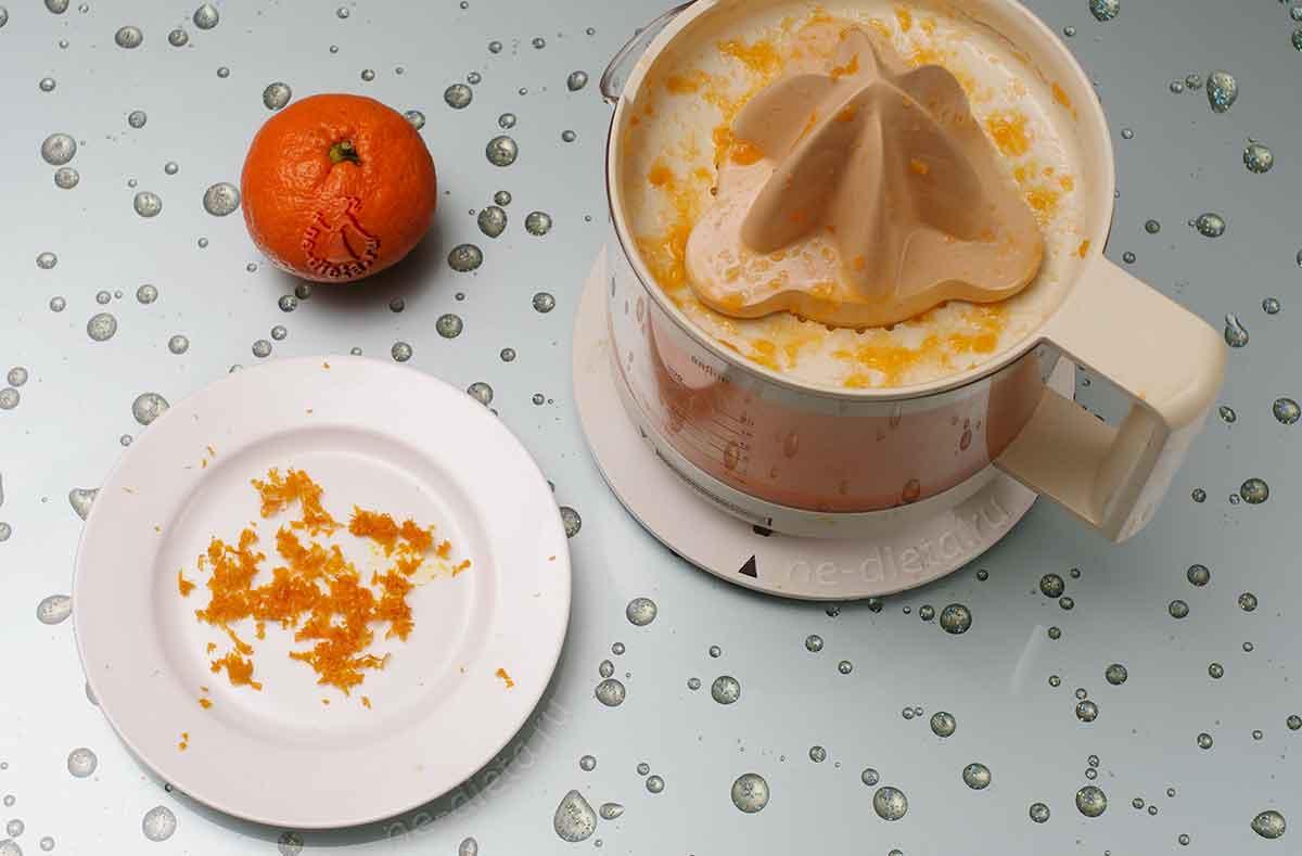 С мандаринов снять цедру и выжать сок