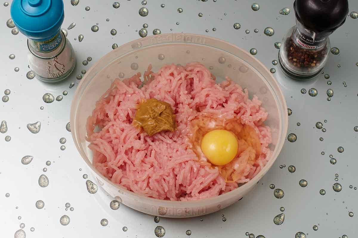 Смешать фарш, яйцо, горчицу, панировочные сухари, соль и перец