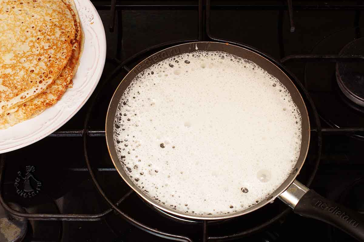 Тесто вылить на сковороду