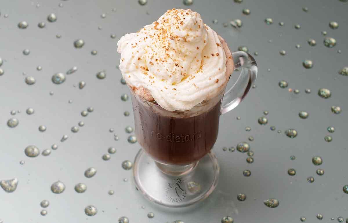 Кофе с шоколадом и взбитыми сливками