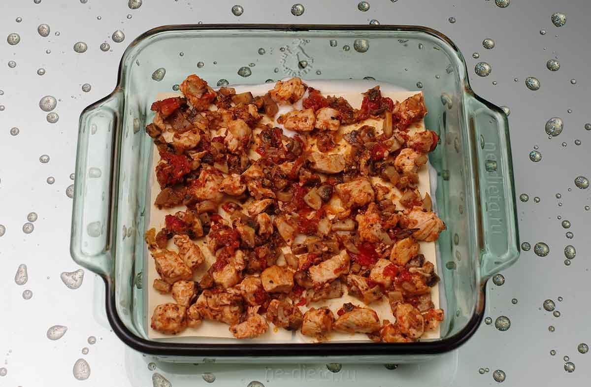 Положить листы лазаньи и начинку с курицей и грибами