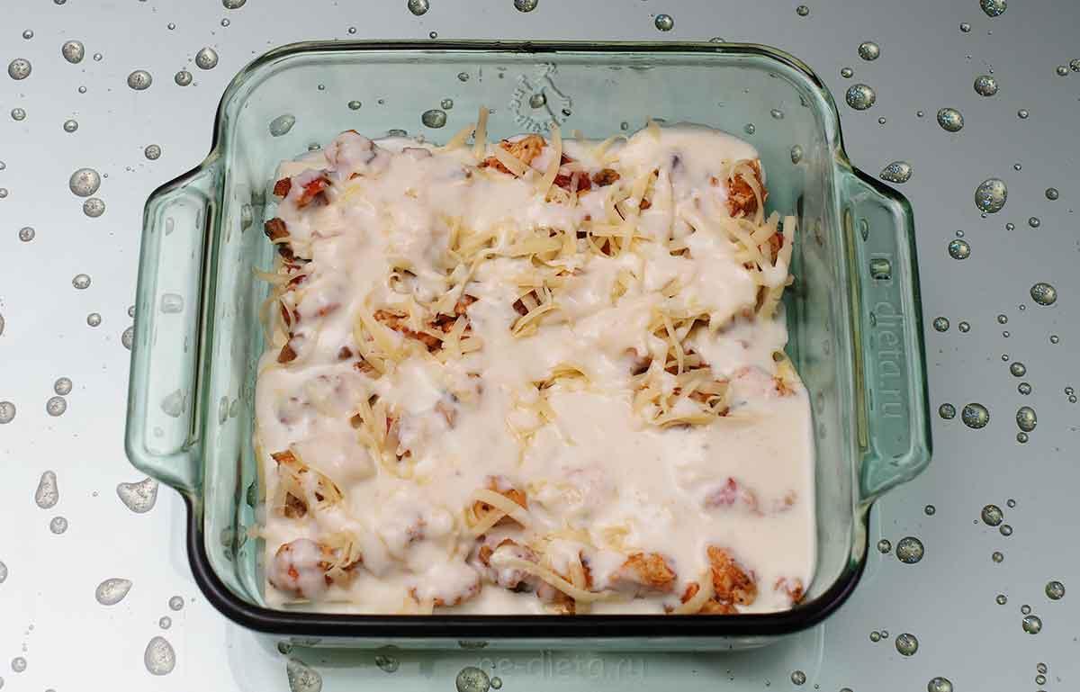 Начинку засыпать сыром и залить соусом бешамель