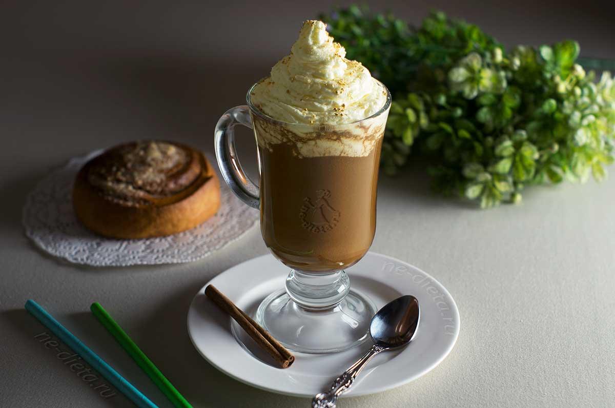 Кофейно-шоколадный напиток со взбитыми сливками