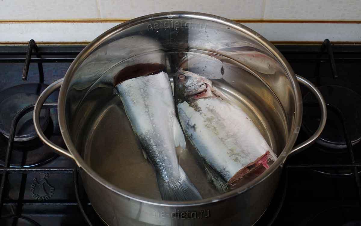 Рыбу залить холодной водой