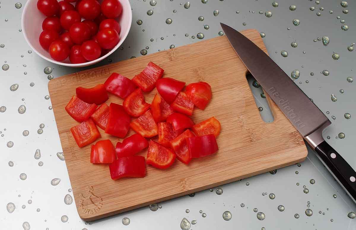 Подготовить помидоры и болгарский перец для шашлыка