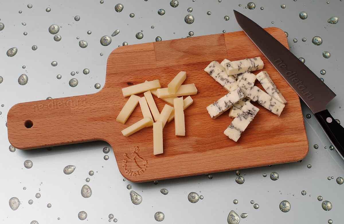 Сыр нарезать брусочками