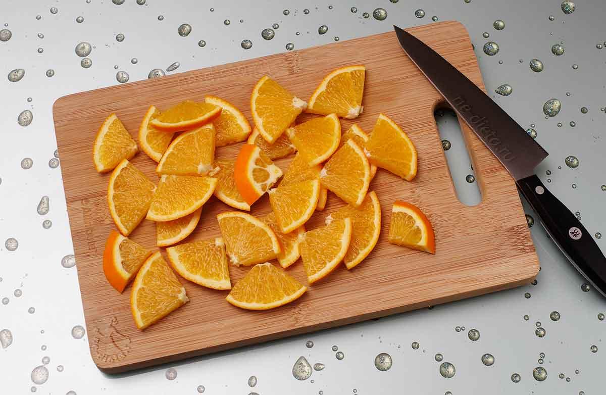 Апельсин порезать четверть-кольцами