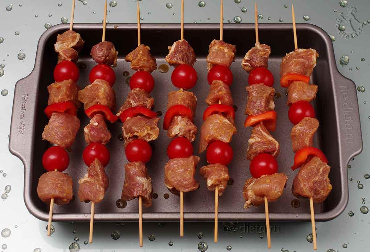 Свинину и овощи надеть на шпажки